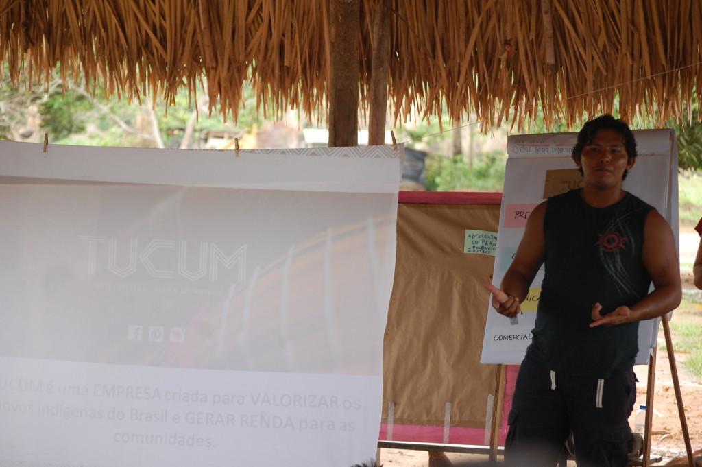 Aweté Parakanã traduzindo a apresentação da Tucum.