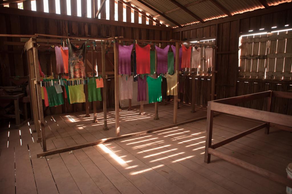 Secagem das mantas de borracha colorida. (Foto:Simone Giovine)