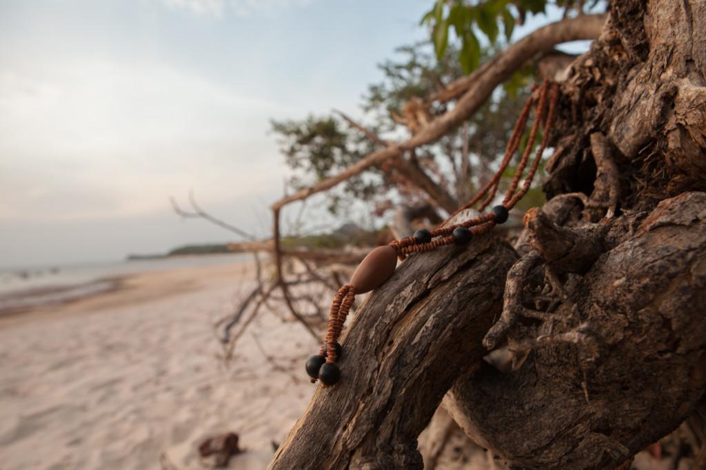 Biojoia Jamaraquá, feita de sementes de morototó, inajá e saboneteirinha. (Foto: Simone Giovine)