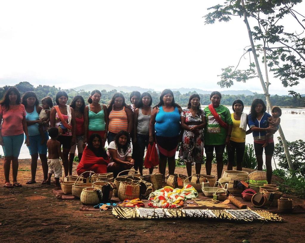Artesãs Parakanã, das cinco aldeias da T.I. Apyterewea e suas criações. (Foto: Isa Guedes)