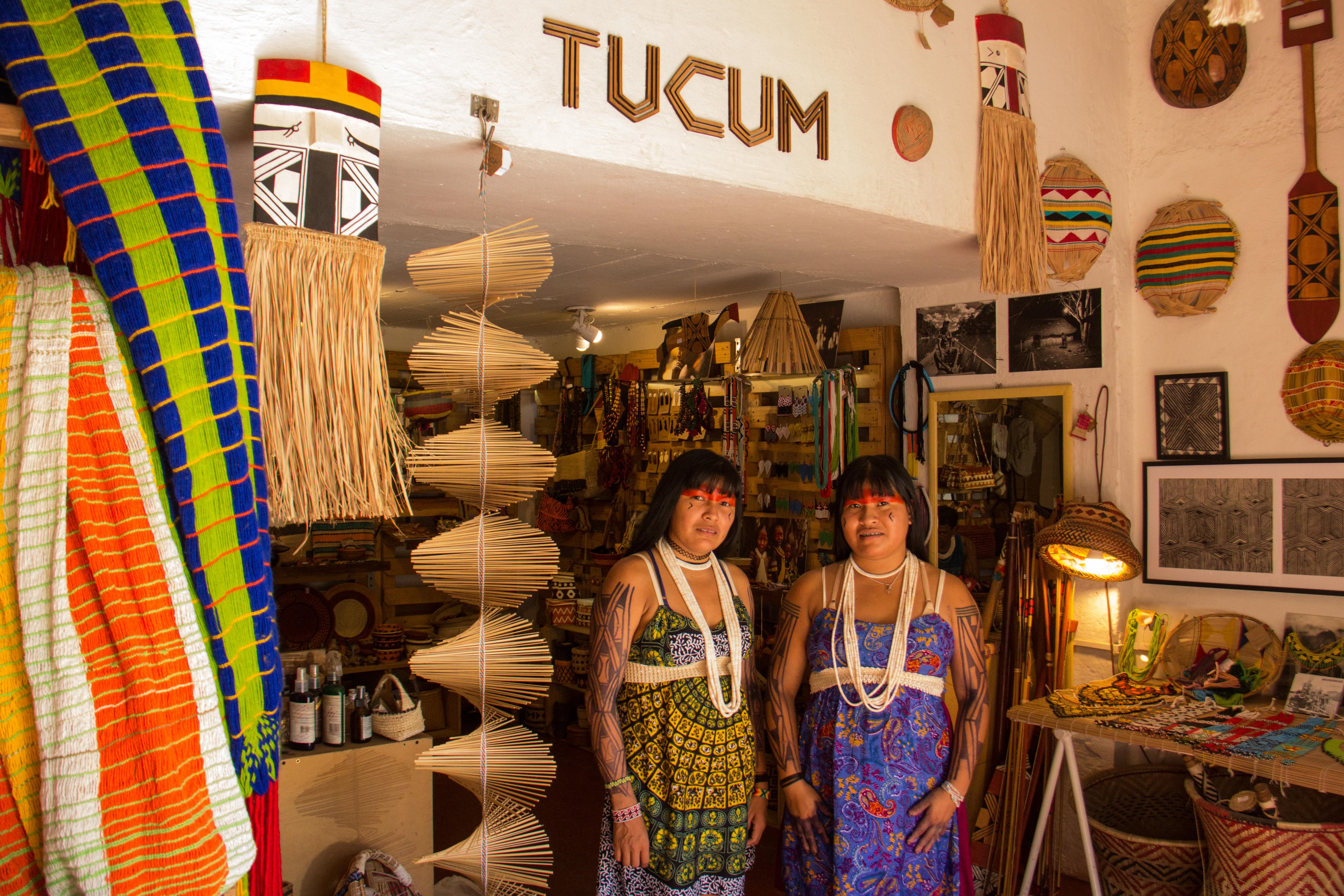 Karla e Yawapá Kamayurá na loja da Tucum em Santa Tereza (Foto: Helena Cooper)