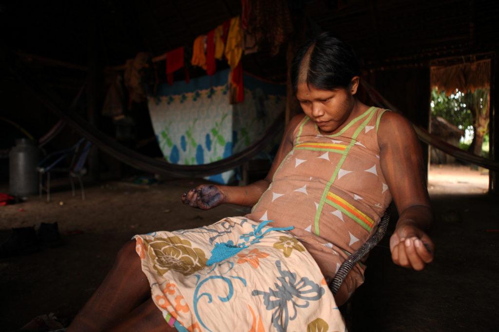 Artesã Kayapó e os adornos feitos à mão. (Foto: Simone Giovine/AFP)